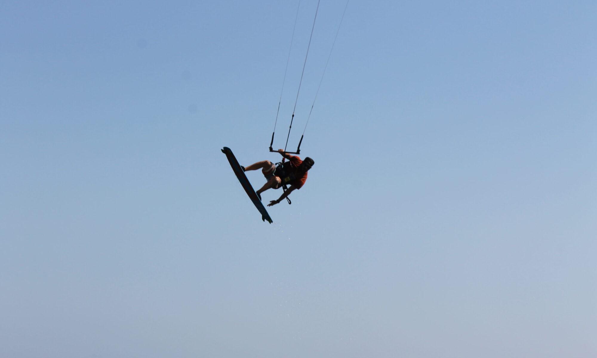 salti col kite a punta trettu in sardegna, il paradiso del kitesurf