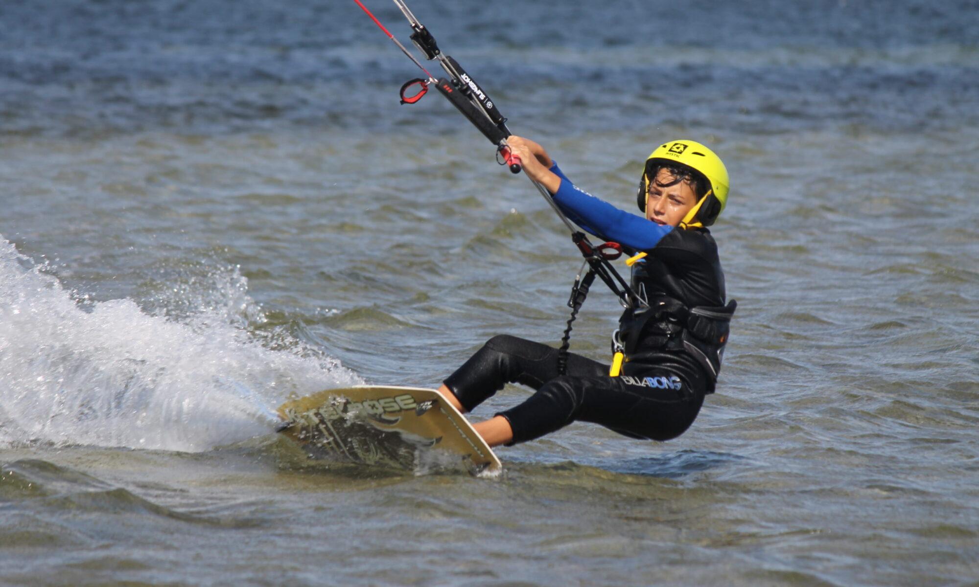 Corso kitesurf per bambini a Punta Trettu in Sardegna, il paradiso del kitesurf