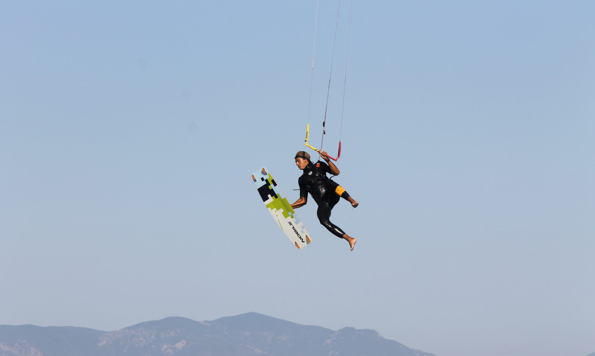 Salti con kite a Punta Trettu in Sardegna the best kite spot for kitesurfing