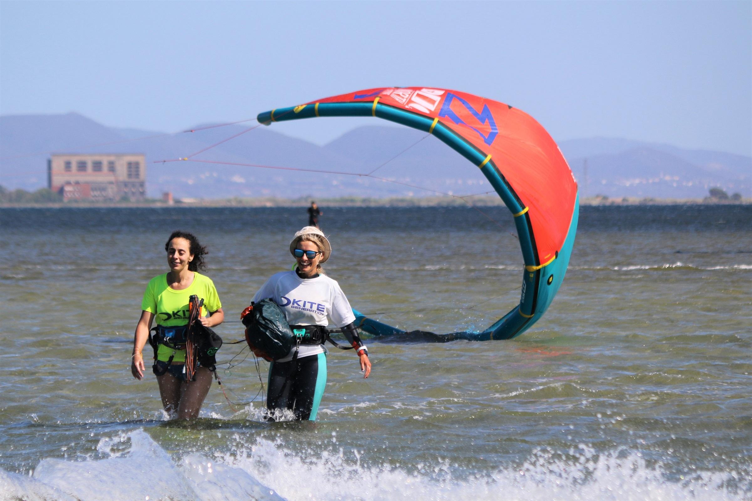 Si torna alla base dopo la fine della lezione di kite a Punta Trettu in Sardegna