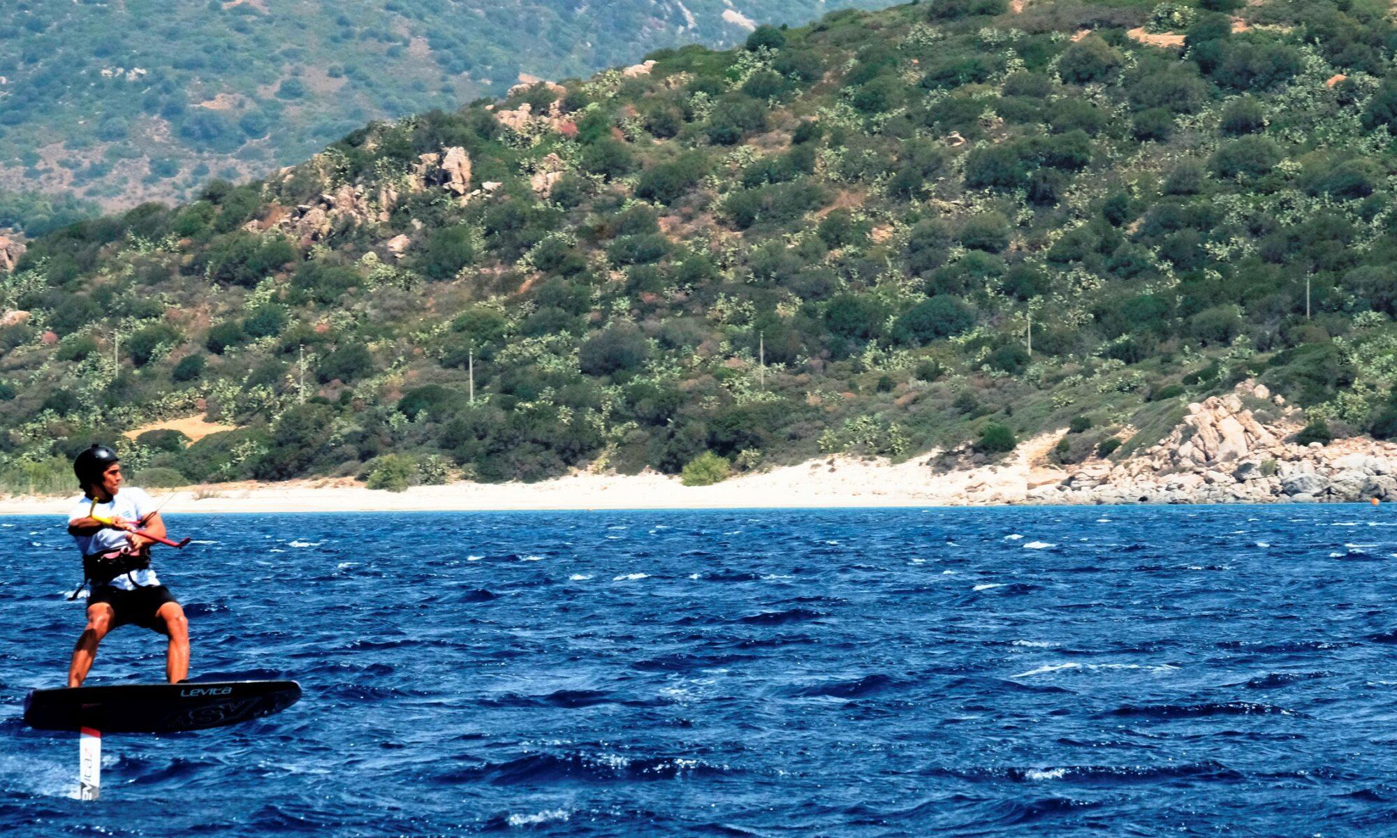 Corso di Kite Foil a Punta Trettu in Sardegna